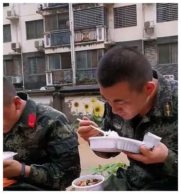 兵哥哥的食堂都吃些什么?硬菜、海鲜齐齐上阵,看完被馋哭了
