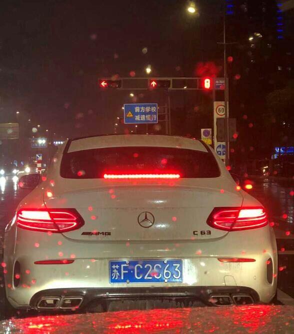 南通桃园路实拍奔驰C63 AMG,四出排气相当醒目!