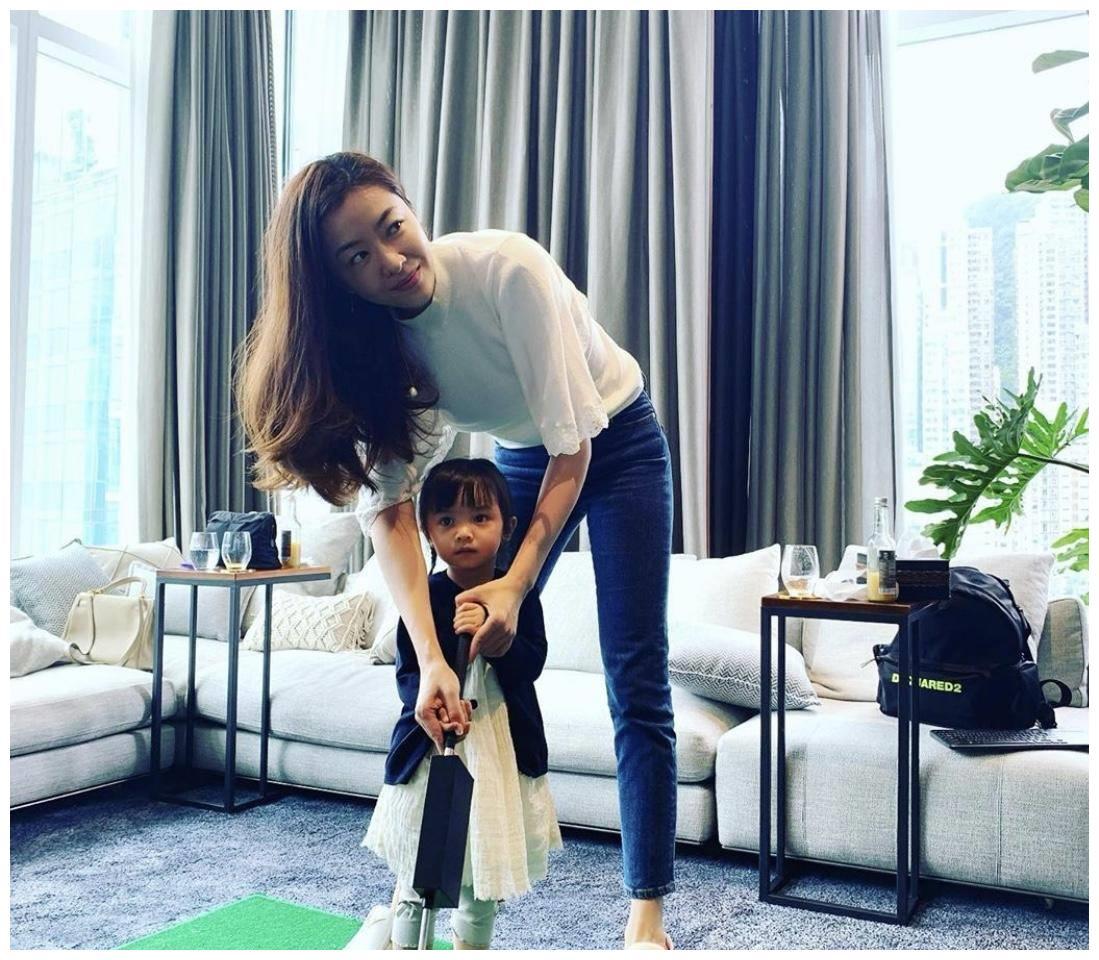 熊黛林在家教女儿打高尔夫,完美身材引网友羡慕,其直言要多锻炼