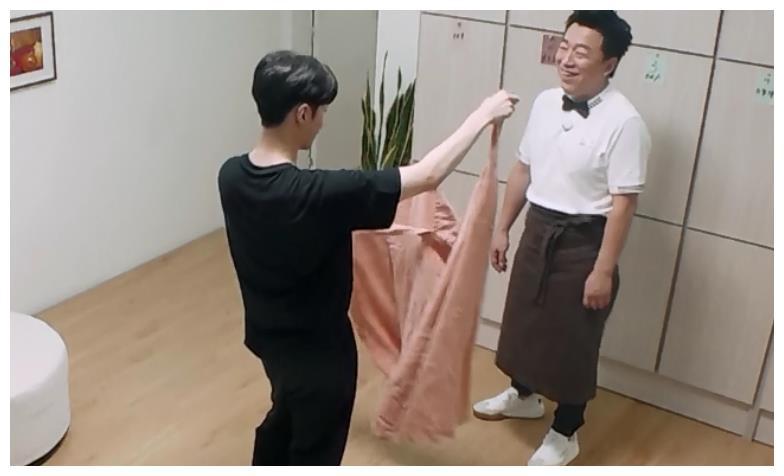 张艺兴黄渤同框录节目,吃红烧肉特意连线孙红雷,尽显塑料兄弟情
