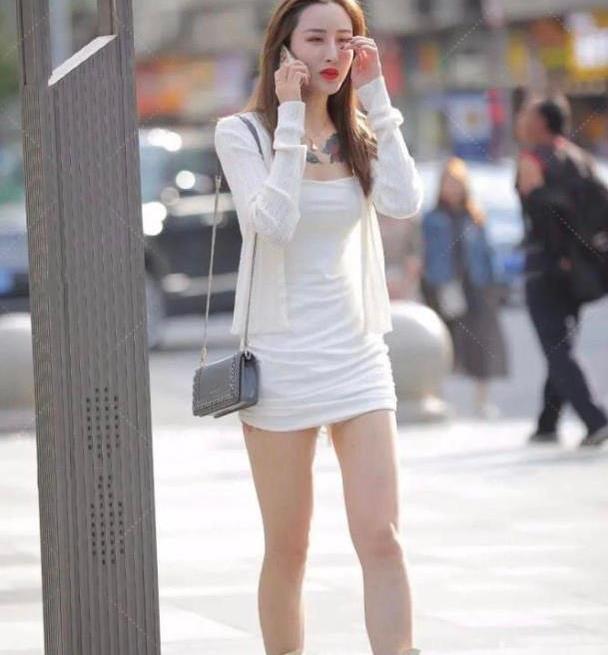 夏季时尚穿搭,一身吊带连衣短裙就能轻松搞定,轻盈舒适又耐看