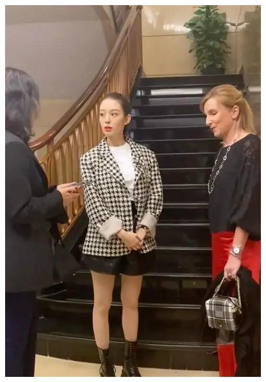 吉娜怀孕也不低调!穿西装配皮短裤又美又酷,筷子腿孕妈里少见!