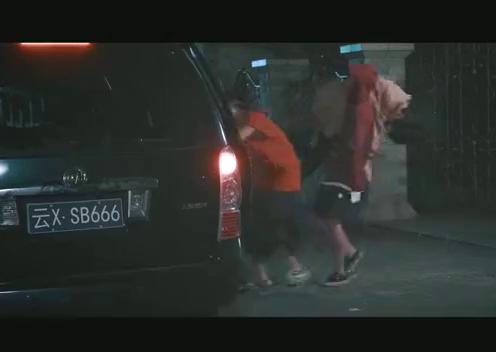 张峰前去营救晓迪,不料刚翻墙进去,就被打倒在地,受伤严重