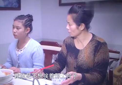 富家女瞧不上农村女孩,竟让亲妈行使特权,要求给她换座位