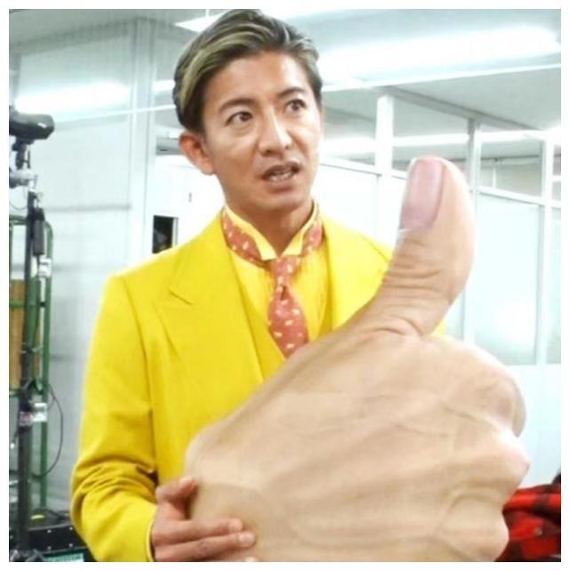 48岁木村拓哉参加活动,穿柠檬黄西装成精神小伙,大眼有神状态佳