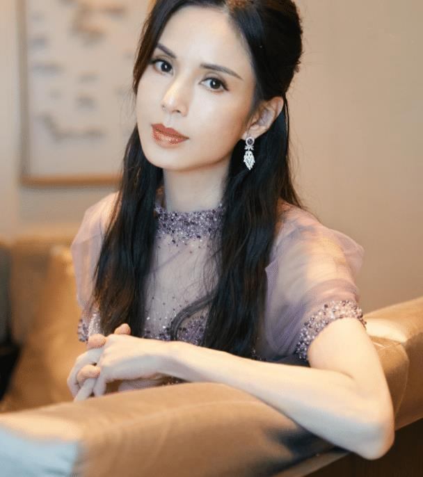 李若彤秀身材成瘾,穿薄纱裙露面,54岁老阿姨不怕尬