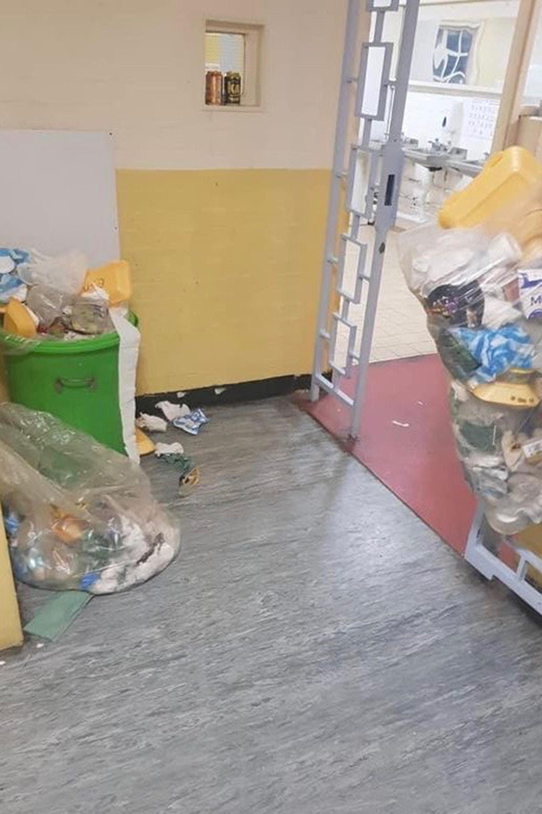 自产自装!英国一监狱为防止疫情扩散,要求囚犯将自己排泄物装袋