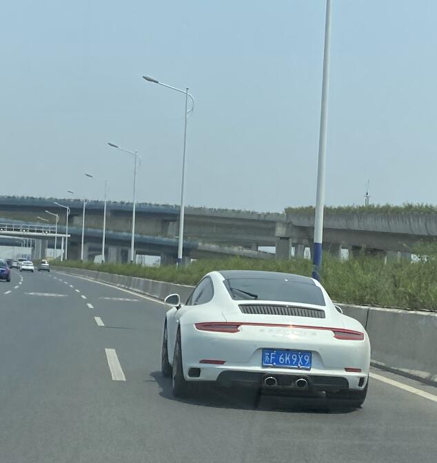 南通长江路高架实拍保时捷911跑车,中出排气非常拉风!