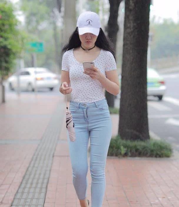 小姐姐身穿斑点T恤上衣搭精致的牛仔裤穿搭,休闲又彰显品位