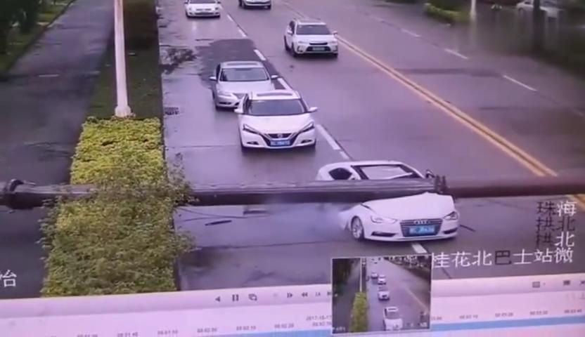 吊臂砸中奥迪车,驾驶员毫发无损地从车中爬出来,不幸中的万幸