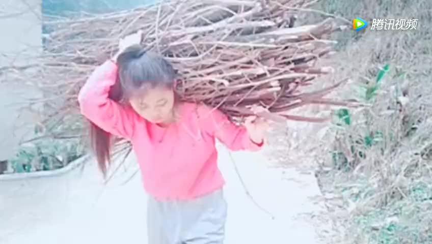 留守儿童自己动手做农活,上山砍柴背着比自己大几倍的,看后哭了