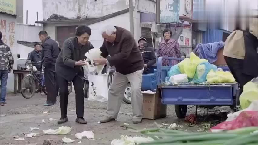江城警事:退休干部捡烂菜叶,盛书记察觉不对,一查立马下跪道歉