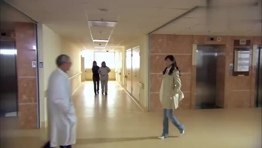 土大款住院,把医生叫服务员,美女医生进来几句话把他嘴堵住