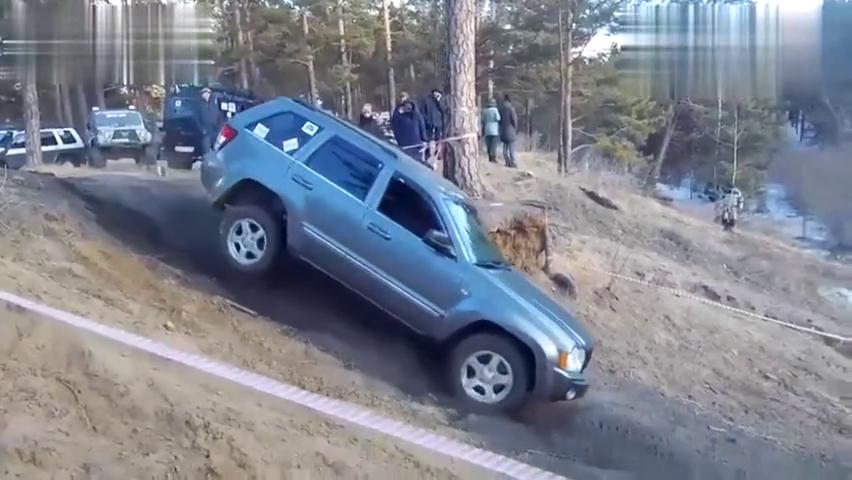 视频:开吉普自由光去山里玩越野,遇上土坡,才知道车主有多尴尬!