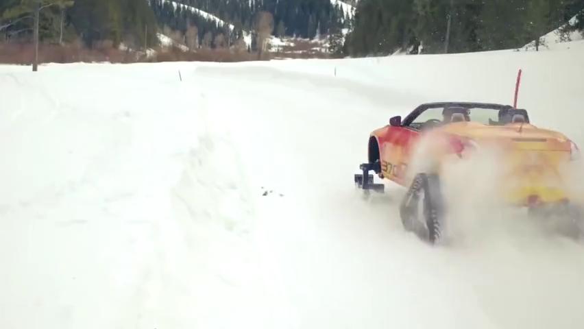用滑雪板代替轮胎安在汽车上?再加履带,走雪路还是很爽的!