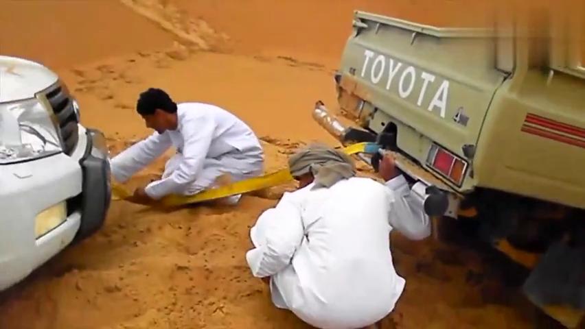 汽车资讯:丰田陆地巡洋舰困在沙漠中,感觉会如何呢
