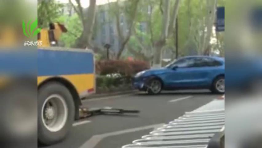 保时捷司机操作失误撞20节护栏又撞上一辆斯玛特轿车