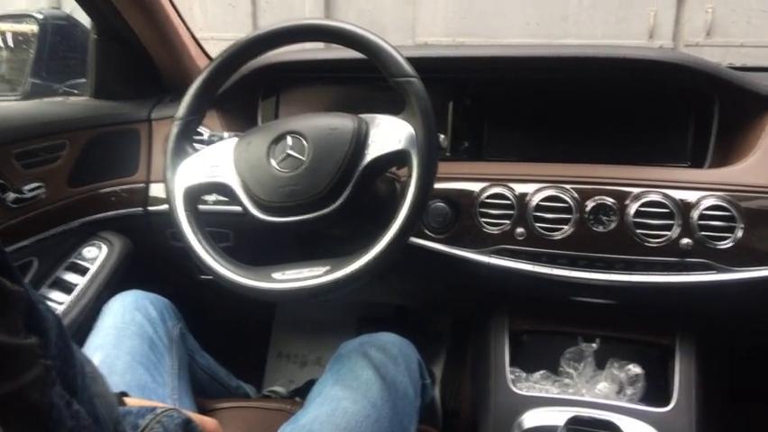 视频:实拍奔驰S级轿车,车厢内部空间人几乎可以站起来,太高了