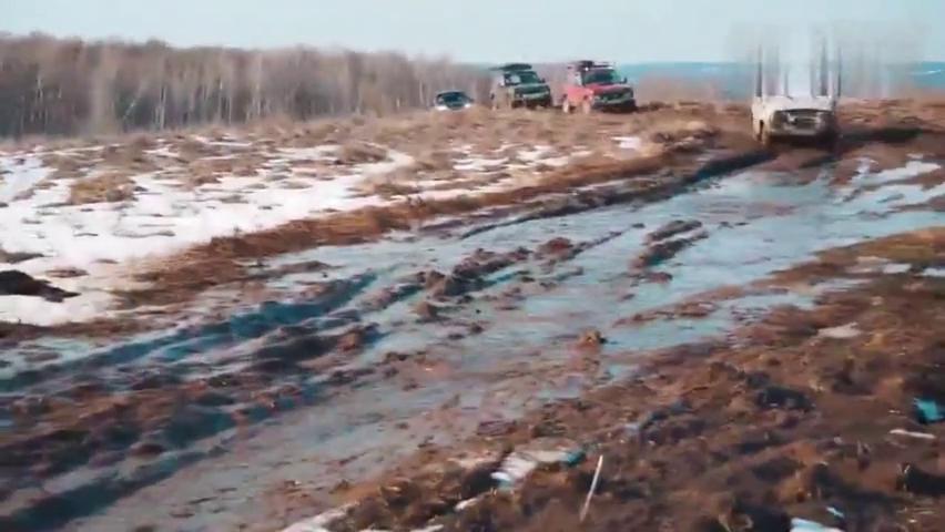 视频:丰田霸道对决吉利博越雪地越野,一脚油门后,才知道车主有多尴尬