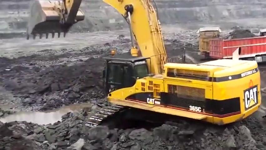 卡特大型挖掘机矿山装车,三斗一车!