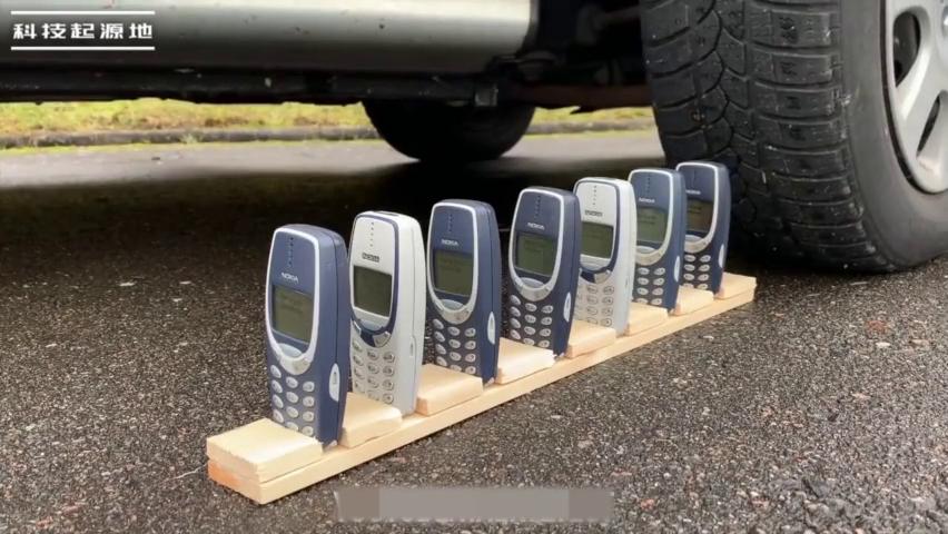 公认最结实耐用的诺基亚手机,被汽车碾压后还能用吗?太给力了!
