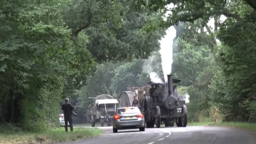 蒸汽拖拉机的动力有多大?直接拉着装甲车就跑,太彪悍了