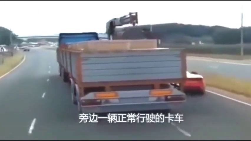 小伙开着法拉利穿梭在大车车底,这汽车技术爆棚了!