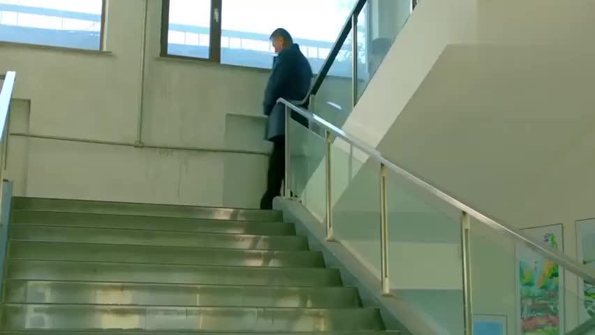 中国式关系:美女与大叔相撞,摔下楼梯骨折,真是一对冤家