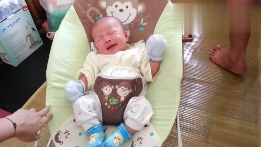 可爱小宝宝为了讨抱抱而假哭,这逼真的演技我给你打满分!