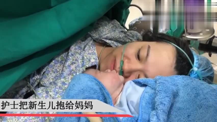 护士把刚出生的宝宝抱给妈妈,看着两人紧贴着脸真让人感动!