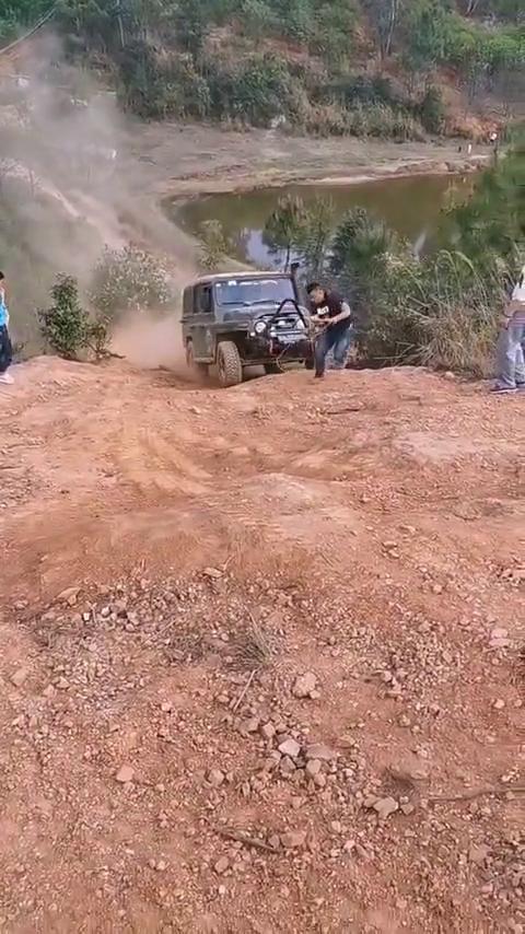 金秋出行开着JEEP牧马人跟随车友一起去爬坡越野!