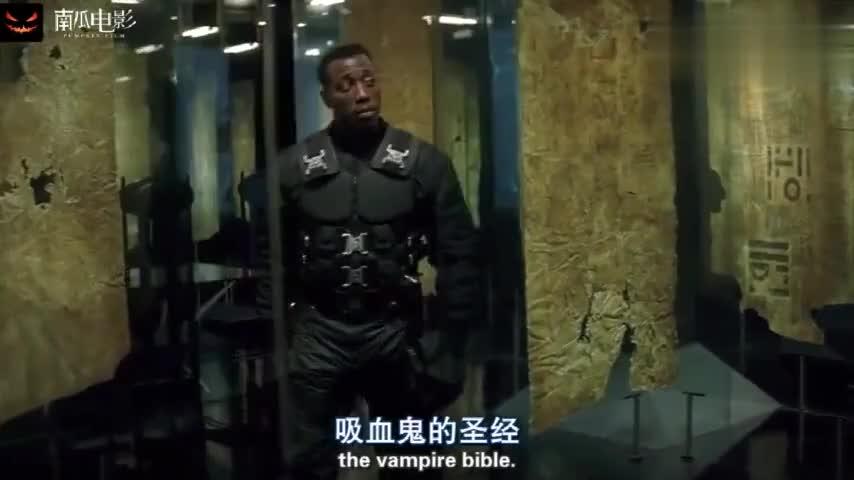 刀锋战士: 吸血鬼拿到刀锋的剑很得瑟,不料一下秒刀锋教他做鬼