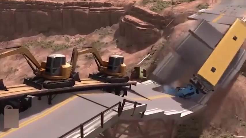 司机冒死把车开上危桥,与小车一起掉落深渊,真实车祸模拟