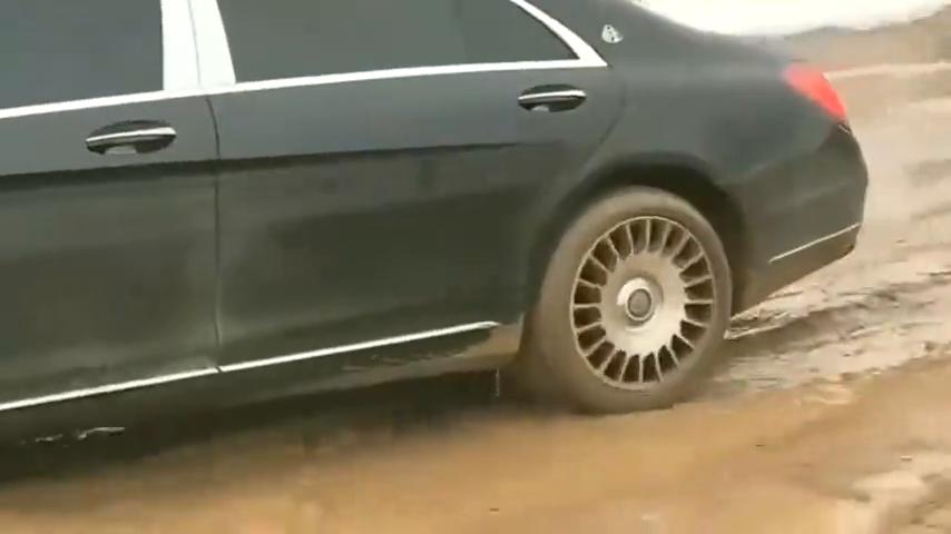 村里的富豪开迈巴赫回来了,结果陷入烂泥路,尴尬了