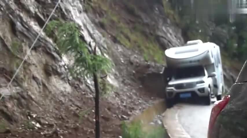 视频:救援风骏5房车,在泸沽湖为了躲避大巴掉进排水渠,能否成功救援