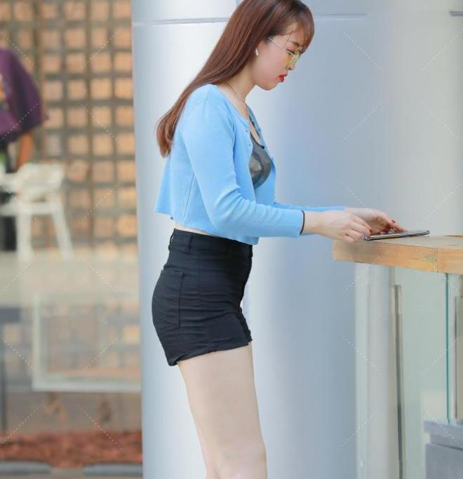 蓝银黑三种色调的碰撞,引领时尚潮流