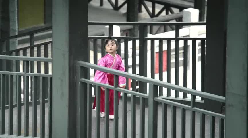 芈月传-小女孩在宫中游荡,独自寻找着什么,却被侍卫拦下