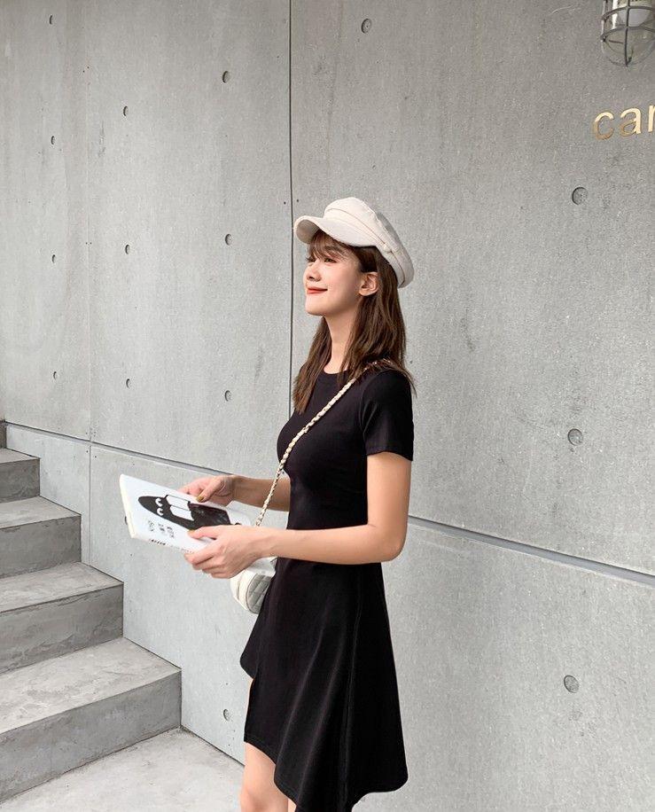 00后美女街拍:黑色如何穿出减龄时尚?不规则修身收腰连衣裙