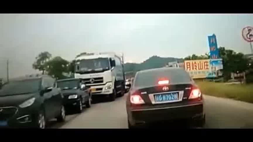 堵车路段疾驰的大货车刹不住车,惨烈的一幕!
