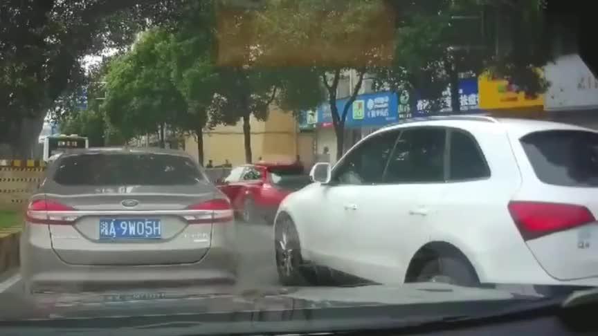 奥迪蹦跳式加塞,车技过人却被撞,旁边两司机也懵了