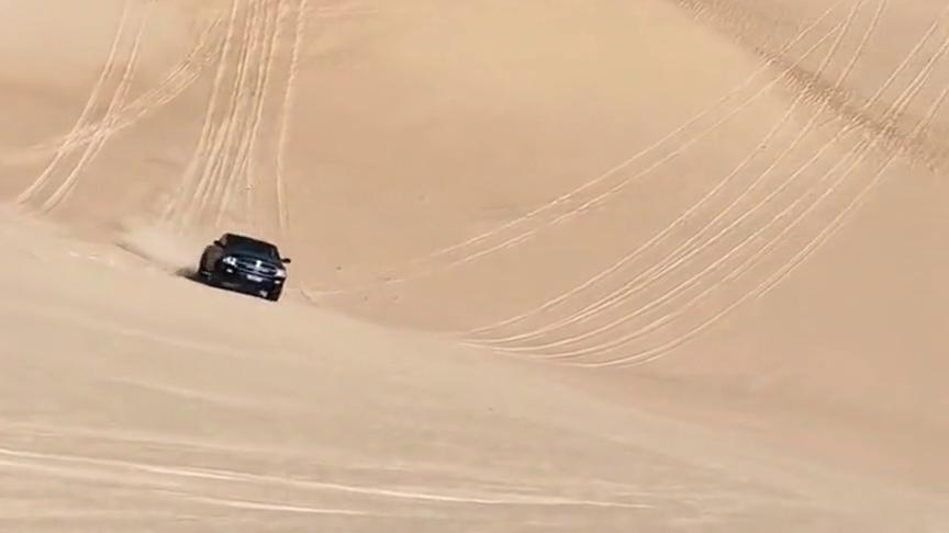 沙漠霸主一样的汽车,上大坡毫不费力,甚至因为速度太快而爆胎!