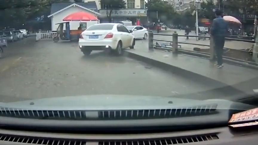 行车记录仪:哈哈,遇到一位女司机,不过这轮胎性能不错