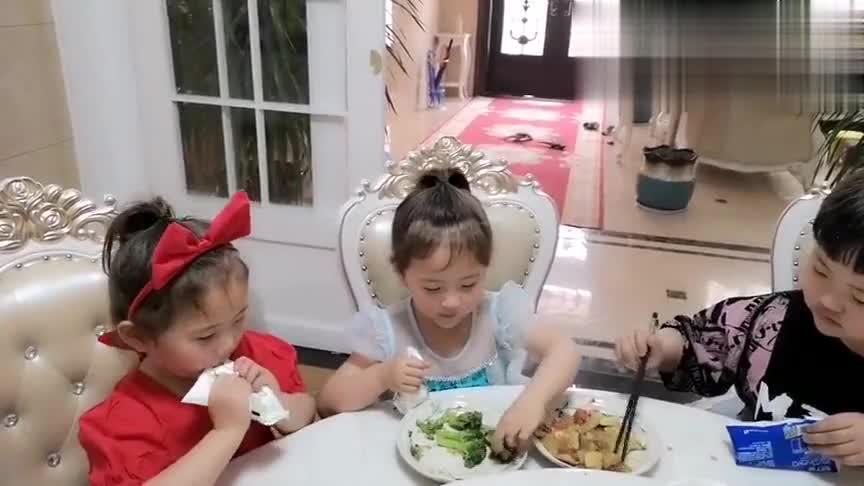 小宝宝在饭桌上的表现太过霸气,宝妈不由得怀疑:这是女宝?