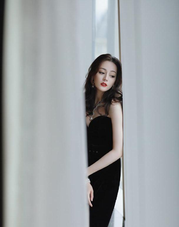 迪丽热巴身穿丝滑无痕裙又美又飒,人比花娇,肆意散发独特吸引力