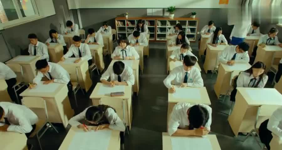 距离考试结束还剩十分钟,女孩一题没做,最后竟是年级第一