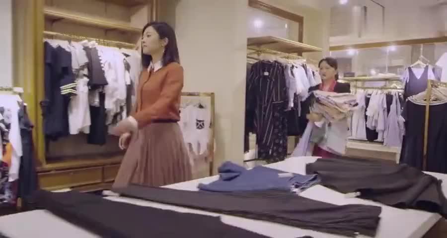 阔太一口气买几十件衣服,服务员都看懵了,付款的时候尴尬了