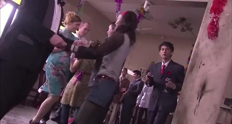 大喜之日婚礼现场被烧,小伙一收拾变身舞会现场继续嗨,心真大啊