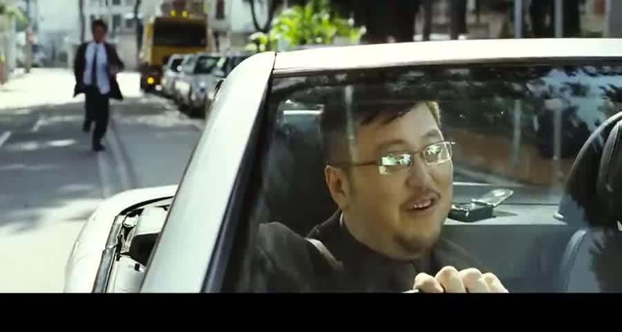 小伙强抢豪车,车主硬是不给,谁知小伙掏出样东西,土豪立马怂了