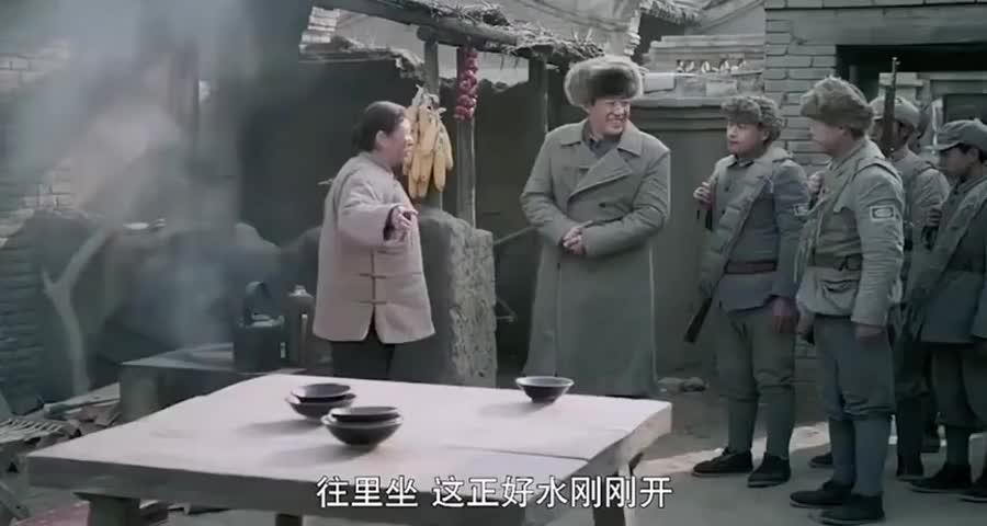 小伙去大娘家讨水喝,结局被吓坏了,大娘竟拿75毫米山炮筒做烟囱