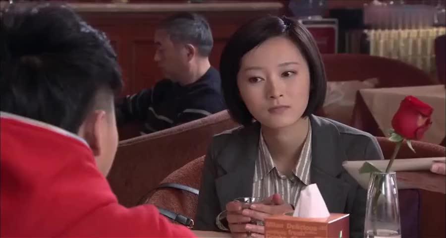 小伙带女友去吃霸王餐女友吃得提心吊胆,结局整个饭店都是他家的